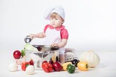 Muchacha del cocinero que prepara el alimento sano fotos de archivo libres de regalías