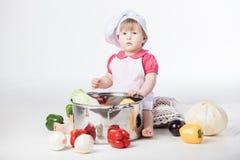 Muchacha del cocinero que prepara el alimento sano fotos de archivo