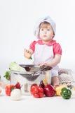 Muchacha del cocinero que prepara el alimento sano fotografía de archivo