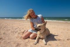 Muchacha del concepto de la amistad con su mentira del perro Fotos de archivo libres de regalías