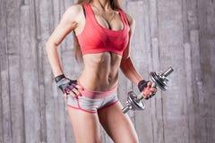 muchacha del culturista con pesa de gimnasia Fotos de archivo libres de regalías