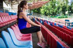 Muchacha del deporte de la aptitud en la ropa de deportes de la moda que hace el ejercicio en la calle, deportes al aire libre, e foto de archivo