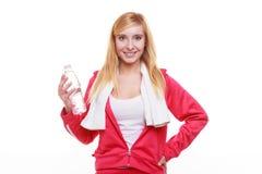 Muchacha del deporte de la mujer de la aptitud con la toalla y la botella de agua aisladas Imágenes de archivo libres de regalías