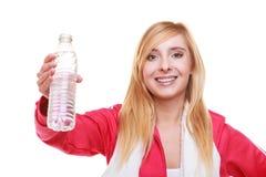 Muchacha del deporte de la mujer de la aptitud con la toalla y la botella de agua aisladas Fotos de archivo