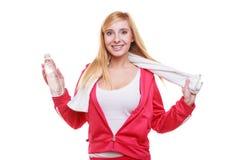 Muchacha del deporte de la mujer de la aptitud con la toalla y la botella de agua aisladas Fotos de archivo libres de regalías