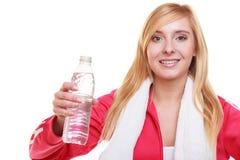 Muchacha del deporte de la mujer de la aptitud con la toalla y la botella de agua aisladas Fotografía de archivo libre de regalías