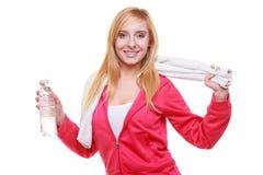 Muchacha del deporte de la mujer de la aptitud con la toalla y la botella de agua aisladas Foto de archivo libre de regalías