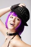 Muchacha del disco con el pelo, el sombrero y el collar púrpuras Fotografía de archivo