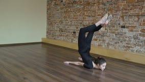 Muchacha del ejercicio de la flexibilidad de la gimnasia de la aptitud del deporte metrajes