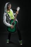 Muchacha del emo de la belleza con la guitarra Fotografía de archivo libre de regalías