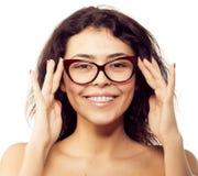 Muchacha del empollón en vidrios y con los soportes en los dientes El positivo, sobresale Imagen de archivo libre de regalías