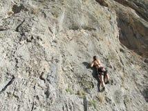 Muchacha del escalador de roca foto de archivo libre de regalías