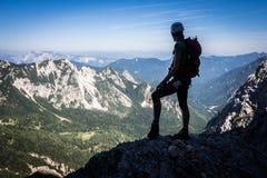 Muchacha del escalador en las montañas Fotografía de archivo