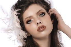 Muchacha del estilo de pelo con las plumas Imagen de archivo libre de regalías