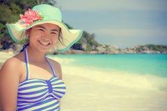 Muchacha del estilo del vintage en la playa en Tailandia Imagen de archivo libre de regalías