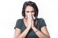 Muchacha del estornudo que tiene gripe en el fondo blanco del studo Fotos de archivo libres de regalías
