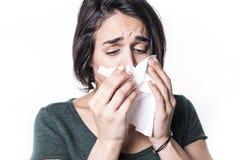 Muchacha del estornudo que tiene gripe en el fondo blanco del studo Imagen de archivo