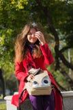 Muchacha del estudiante afuera en la sonrisa del parque del autunm feliz Mujer joven m Imagenes de archivo