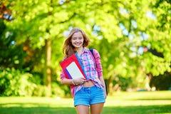 Muchacha del estudiante al aire libre que vuelve a la escuela Fotos de archivo