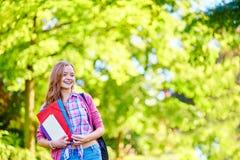 Muchacha del estudiante al aire libre que vuelve a la escuela Fotografía de archivo