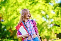 Muchacha del estudiante al aire libre que vuelve a la escuela Foto de archivo