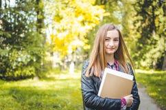 Muchacha del estudiante al aire libre que vuelve a la escuela y a la sonrisa Imagen de archivo