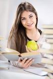 Muchacha del estudiante con Apple Foto de archivo