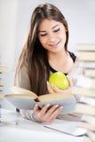 Muchacha del estudiante con Apple Imagenes de archivo