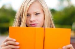 Muchacha del estudiante con el libro Fotos de archivo libres de regalías