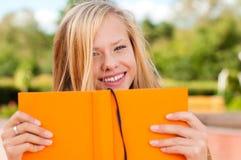 Muchacha del estudiante con el libro Imagenes de archivo