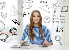 Muchacha del estudiante con el libro, el cuaderno y la calculadora Fotografía de archivo libre de regalías