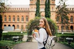 Muchacha del estudiante con el libro en outfoors de la universidad Fotos de archivo libres de regalías