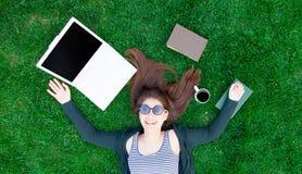 Muchacha del estudiante con el ordenador portátil y los libros fotos de archivo