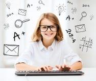 Muchacha del estudiante con el teclado Foto de archivo