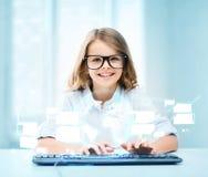 Muchacha del estudiante con el teclado y la pantalla virtual Imágenes de archivo libres de regalías