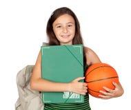 Muchacha del estudiante con la carpeta, el morral y el baloncesto Foto de archivo