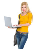 Muchacha del estudiante con la computadora portátil Fotos de archivo