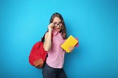 Muchacha del estudiante con la mochila y los libros Fotos de archivo libres de regalías