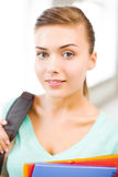 Muchacha del estudiante con las carpetas del bolso y del color de escuela Fotos de archivo libres de regalías