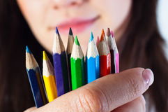 Muchacha del estudiante con los lápices coloreados Foto de archivo libre de regalías