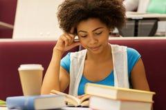Muchacha del estudiante con los libros y el café en conferencia Fotografía de archivo