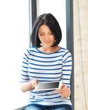 Muchacha del estudiante con PC de la tableta Foto de archivo