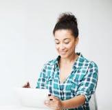 Muchacha del estudiante con PC de la tableta Foto de archivo libre de regalías