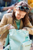 Muchacha del estudiante de la High School secundaria con la mochila al aire libre Imágenes de archivo libres de regalías