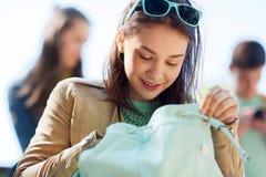 Muchacha del estudiante de la High School secundaria con la mochila al aire libre Fotos de archivo
