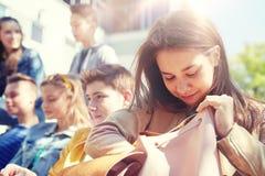 Muchacha del estudiante de la High School secundaria con la mochila al aire libre Fotografía de archivo libre de regalías