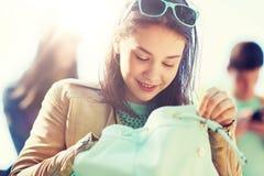 Muchacha del estudiante de la High School secundaria con la mochila al aire libre Imagen de archivo libre de regalías