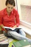 Muchacha del estudiante de la lectura fotografía de archivo libre de regalías