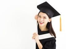 Muchacha del estudiante de tercer ciclo que muestra el tablero en blanco del cartel Imagenes de archivo