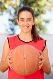 Muchacha del estudiante del adolescente con una bola de la cesta Imagen de archivo